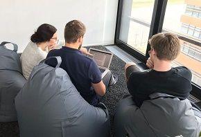 Werkstudenten im Sitzsack